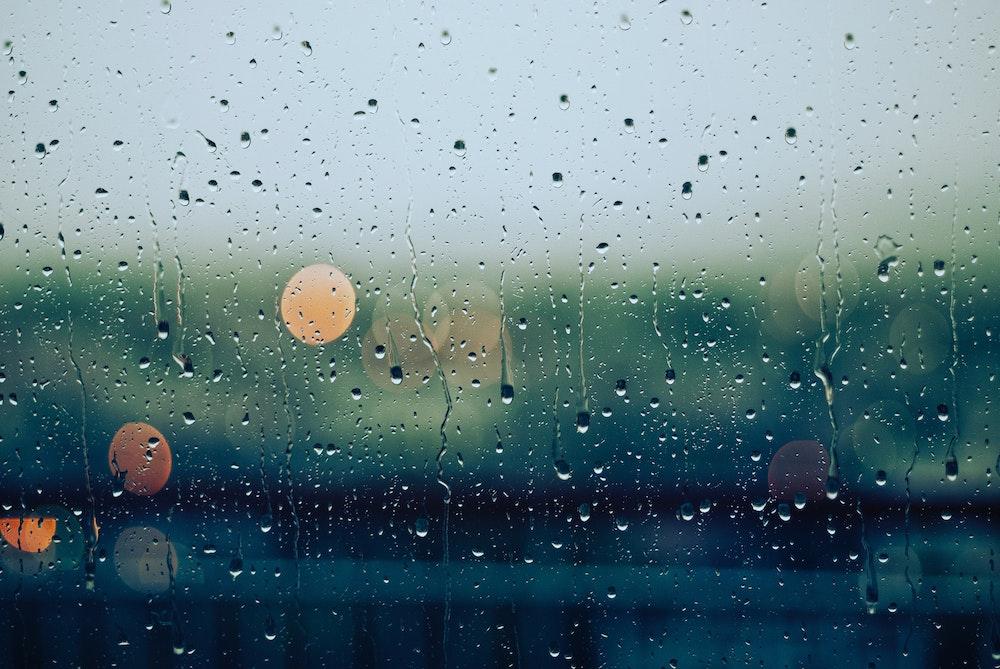 雨がつくガラス