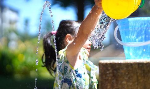 水遊びをしている女の子